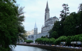 Lourdes_with_Sanctuaries,_Castle_and_Gave_de_Pau